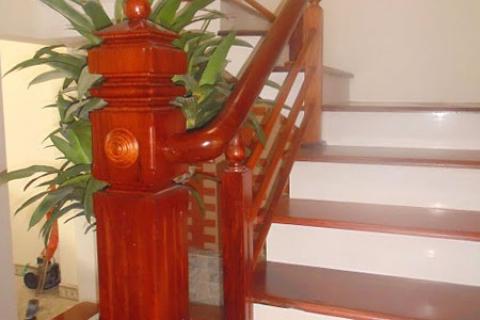 Mẫu cầu thang chụ gỗ đẹp Biên Hòa 2021